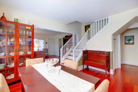 Photo pour Charmante salle à manger confortable dans une petite maison américaine avec un design classique . - image libre de droit