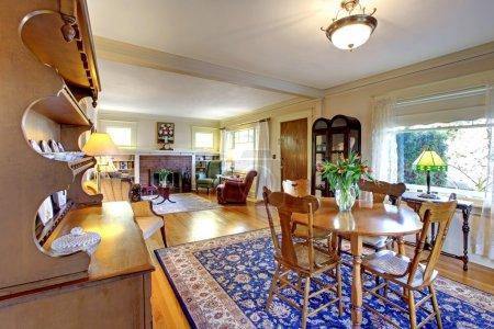 Photo pour Vieux pays charme anglais salon et salle à manger avec tapis bleu. - image libre de droit