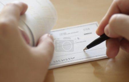 Photo pour Préparer un chèque - image libre de droit