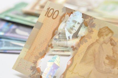 Photo pour Nouveau billet de 100 $en plastique canadien - image libre de droit