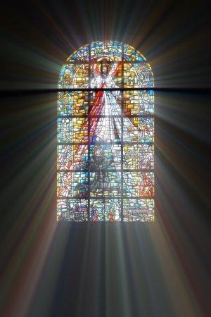 Foto de Vidrieras bíblico con los rayos de luz que brilla a través de - Imagen libre de derechos