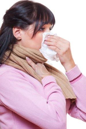 Photo pour Femme malade adulte avec du papier de soie. isolé sur fond blanc - image libre de droit