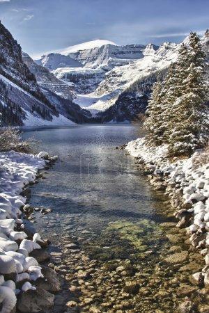 Photo pour Rivière menant à Lake Louise, en Alberta, dans les Rocheuses canadiennes - image libre de droit