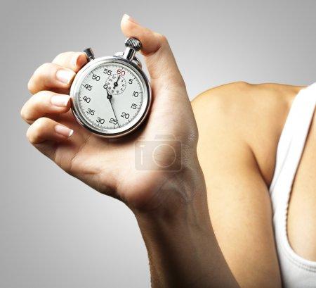 Femme poussant chronomètre