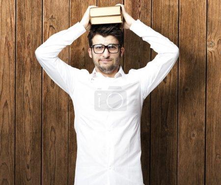Photo pour Portrait de jeune homme tenant des livres - image libre de droit