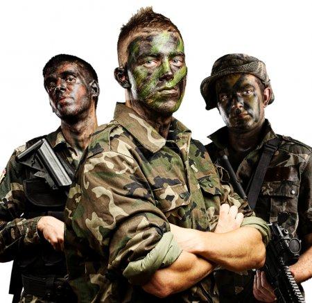 Photo pour Portrait de groupe de soldats avec camouflage jungle sur blanc - image libre de droit