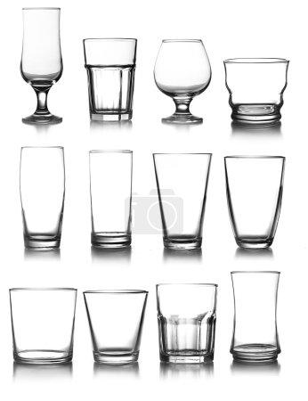 Photo pour Grande collection de verrerie isolée sur fond blanc - image libre de droit