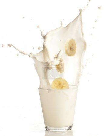 Foto de Rodajas de banana a un vaso de leche - Imagen libre de derechos