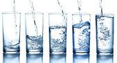 Tekoucí voda v kolekci skla, izolované