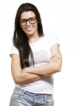 Photo pour Jolie jeune femme avec des lunettes croisant les bras sur un fond blanc - image libre de droit