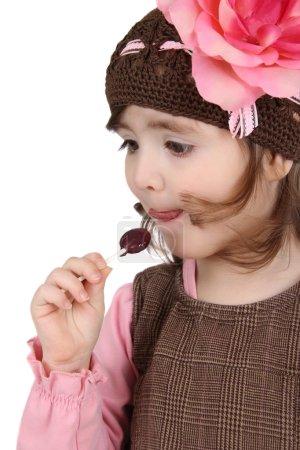 Photo pour Jolie brune tout-petit portant une sucette sur fond blanc - image libre de droit