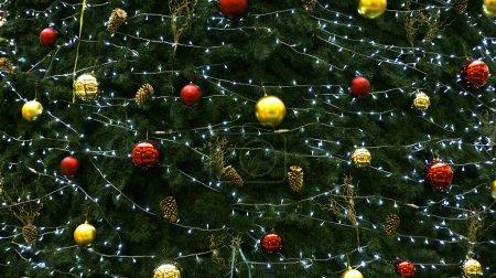 Photo pour Détail de l'arbre de Noël avec ornements. - image libre de droit