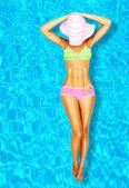 Sexy žena těla v bazénu