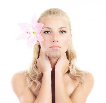 Photo pour Belle femme avec la fleur de lis fresh rose, portrait de femme sensuelle isolé sur fond blanc, fille avec plante printemps, concept de soins et beauté peau spa - image libre de droit