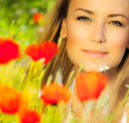 Photo pour Gros plan sur beau visage de femme, femelle jouissant champ de fleurs, belle fille au printemps vacances en plein air, beau modèle relaxant au jardin de pavot floral, magnifique modèle sur boulangerie naturelle - image libre de droit