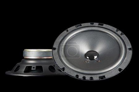 Photo pour Deux haut-parleurs conçus et adaptés pour être montés dans une voiture présentée sur un fond noir - image libre de droit