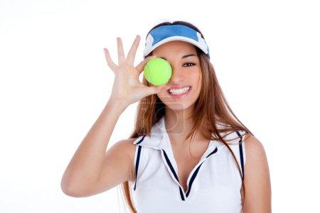 Morena chica de tenis vestido blanco y sombrero de la visera del sol