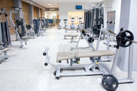 Photo pour Gym club de remise en forme avec un intérieur moderne équipement sport - image libre de droit