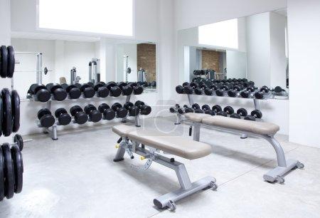 Photo pour Fitness club poids formation équipement gym intérieur moderne - image libre de droit