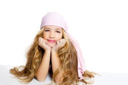 Photo pour Enfant fille avec pirate mouchoir beau portrait isolé sur blanc - image libre de droit
