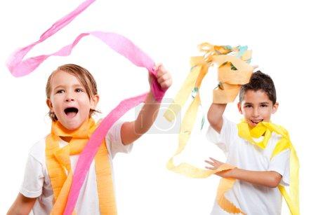 Photo pour Deux enfants enfants dans une fête avec ruban de papier coloré salissant - image libre de droit