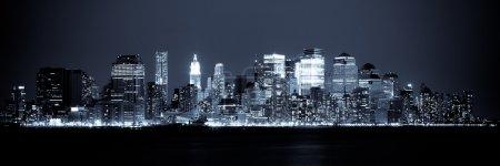 Foto de Nueva York - Vista panorámica de Manhattan Skyline por la noche - Imagen libre de derechos