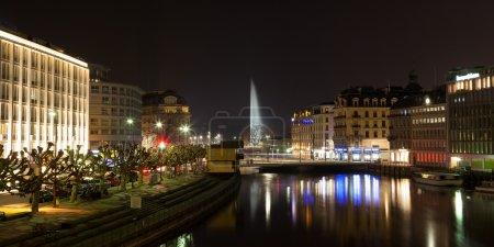 Photo pour Vue panoramique des toits de Genève par nuit en Suisse - image libre de droit