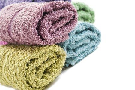Foto de Fresco enrollada toallas sobre un fondo blanco - Imagen libre de derechos