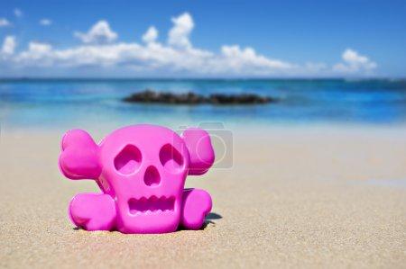 Photo pour Jouet sur la plage montrant le danger - image libre de droit