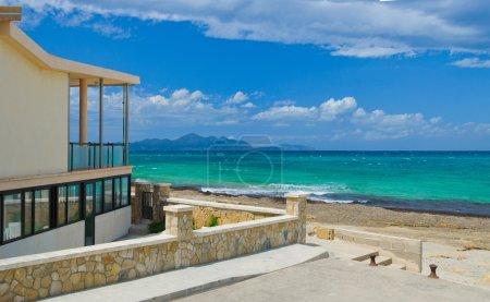 Photo pour Panorama. villa contemporaine sur la plage. Mallorca. Espagne - image libre de droit