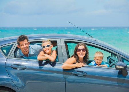 eine vierköpfige Familie im Auto