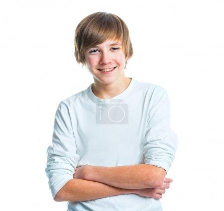 Photo pour Gros plan portrait d'une jeune adolescente mignon souriant en blanc, isolé sur blanc - image libre de droit