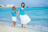 Matka a její dcera baví na pláži