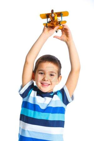 Photo pour Mignon petit garçon jouant avec un jouet avion. isolé sur fond blanc - image libre de droit