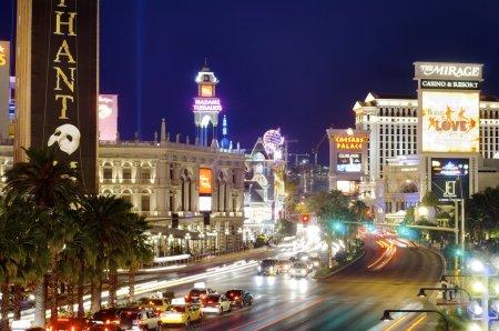 Photo pour Las vegas, usa - 1er septembre 2007 : vue de nuit de las vegas boulevard, avec 4,2 milles de longueur est la rue la plus populaire de la ville et regorge d'hôtels et de casinos - image libre de droit