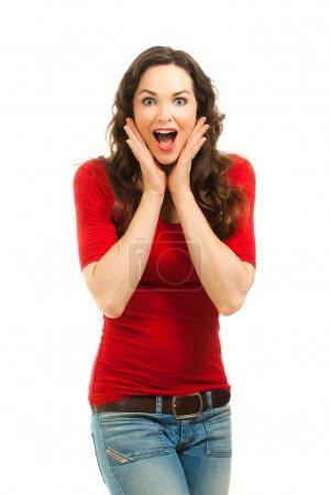 Photo pour Potrait isolé d'une belle femme surprise portant un haut rouge vif . - image libre de droit