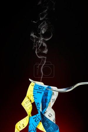 Photo pour Ruban adhésif prétendant fetuccini dans une fourchette - image libre de droit