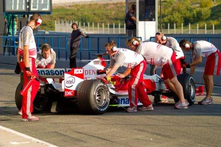 Photo pour JEREZ DE LA FRONTERA, ESPAGNE - 11 OCT : Olivier Panis de Toyota F1 entes la fosse lors d'une séance d'entraînement le 11 octobre 2006 à Jerez de la Frontera, Espagne - image libre de droit