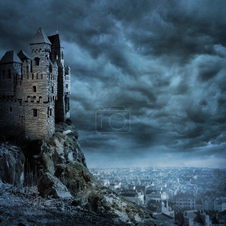 Foto de Paisaje con el viejo castillo de noche - Imagen libre de derechos