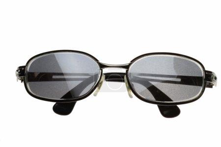 Photo pour Une paire de lunettes de soleil sur fond blanc - image libre de droit