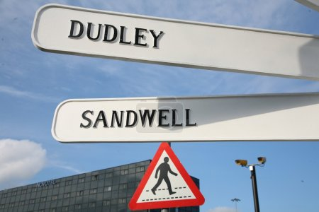 Photo pour Panneaux de direction à Birmingham avec ciel nuageux en arrière-plan - image libre de droit