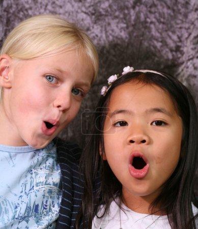 Photo pour Portrait d'amis, jeune fille blonde adolescent scandinaves et asiat - image libre de droit