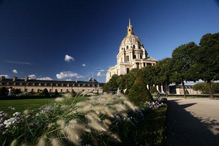Photo pour L'immeuble invalide de Paris. Tourné depuis le jardin. L'invalide est le lieu de la tombe de Napoléon Bonaparte - image libre de droit