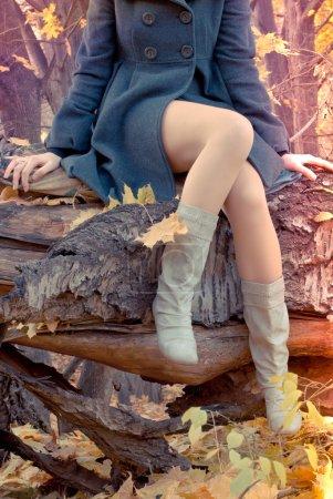 Photo pour Jeune fille dans la forêt - image libre de droit