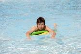 Chlapec surfování v bazénu