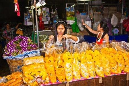 Photo pour Bangkok, Thaïlande - 23 décembre : vente de fleurs au marché de pak khlong thalat sur 23 décembre 2009 à bangkok, Thaïlande. le marché a été inventé par le roi r - image libre de droit