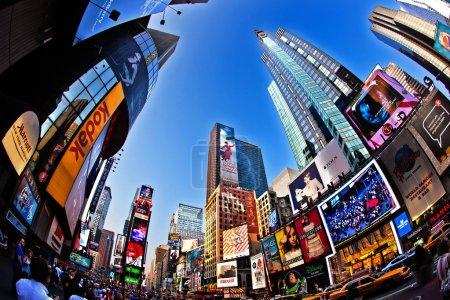 Photo pour NEW YORK CITY - 8 JUL : Times Square, présenté avec des théâtres de Broadway et un grand nombre d'enseignes LED, est un symbole de New York et des États-Unis, 8 Juillet, 2 - image libre de droit