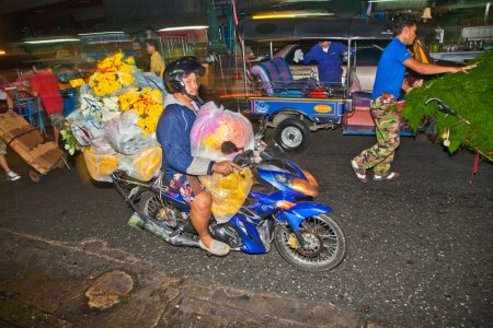 Photo pour Bangkok, Thaïlande - 23 décembre : transport de fleurs au marché de pak khlong thalat sur 23 décembre 2009 à bangkok, Thaïlande. le marché a été inventé par le roi - image libre de droit