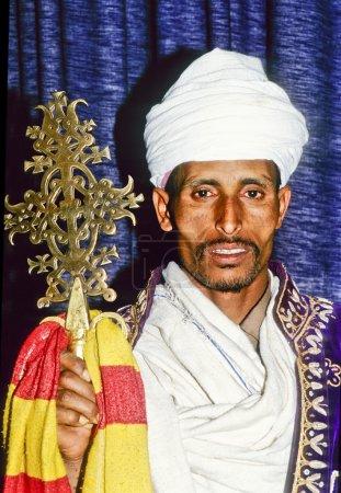 Photo pour AXUM, ETHIOPIE - 07 MAI : prêtre copte en Ethiopie dans son église le 07 mai 1998 à AXUM, Ethiopie.L'Eglise copte est basée sur les enseignements de Saint Marc de l'an 200 après JC pendant le règne de Néron . - image libre de droit