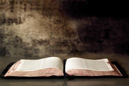 Photo pour Bible ouverte, avec fond de granit texturé . - image libre de droit